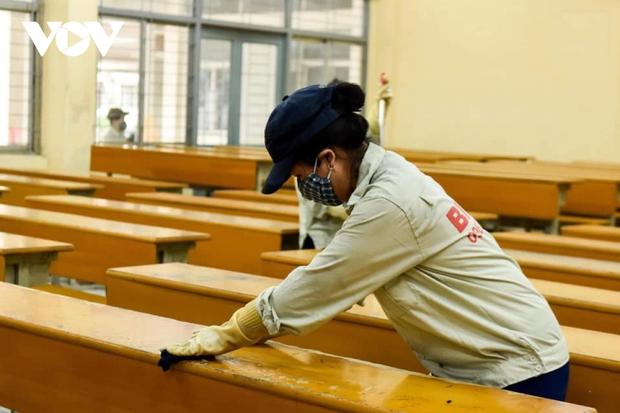 Các trường Đại học ở Hà Nội thực hiện vệ sinh, khử khuẩn chuẩn bị đón sinh viên trở lại - Ảnh 11.