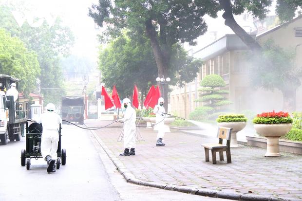 Các trường Đại học ở Hà Nội thực hiện vệ sinh, khử khuẩn chuẩn bị đón sinh viên trở lại - Ảnh 3.