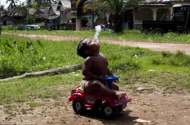 Cậu bé từng gây bão vì hút 40 điếu thuốc lá một ngày năm ấy: Mới 9 tuổi đã trải qua 2 biến cố, cũng chỉ tại bố mẹ làm điều này - Ảnh 5.