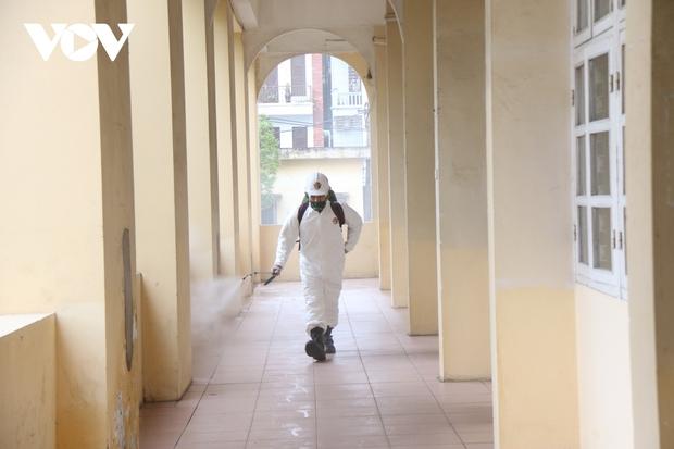Các trường Đại học ở Hà Nội thực hiện vệ sinh, khử khuẩn chuẩn bị đón sinh viên trở lại - Ảnh 6.