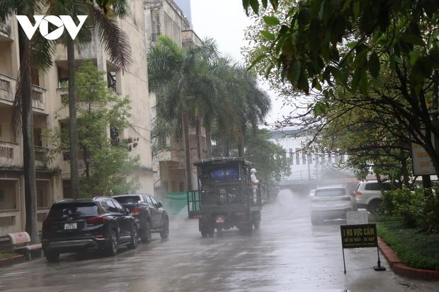 Các trường Đại học ở Hà Nội thực hiện vệ sinh, khử khuẩn chuẩn bị đón sinh viên trở lại - Ảnh 7.