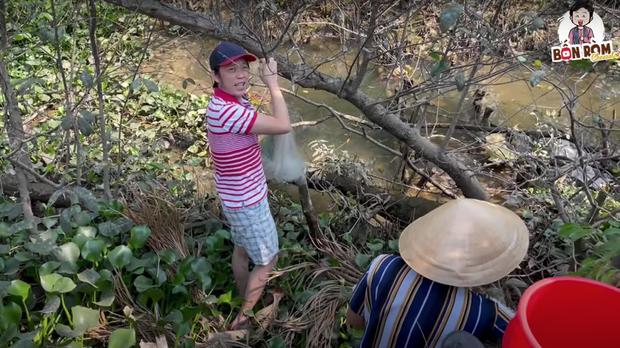 Nghệ sĩ Hoài Linh bì bõm lội xuống bùn để kiếm cơm, xem xong càng thấy thương những người dân làm nghề bà cậu - Ảnh 1.