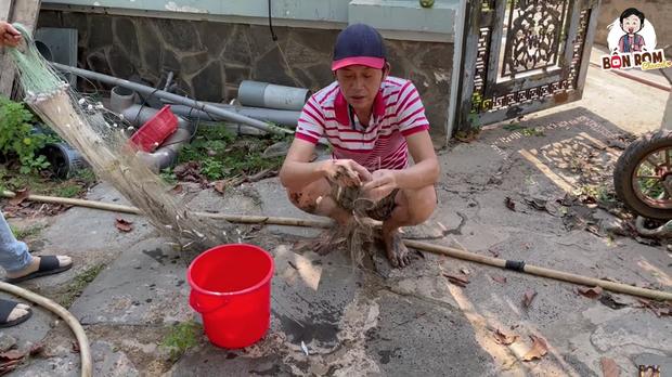 Nghệ sĩ Hoài Linh bì bõm lội xuống bùn để kiếm cơm, xem xong càng thấy thương những người dân làm nghề bà cậu - Ảnh 4.