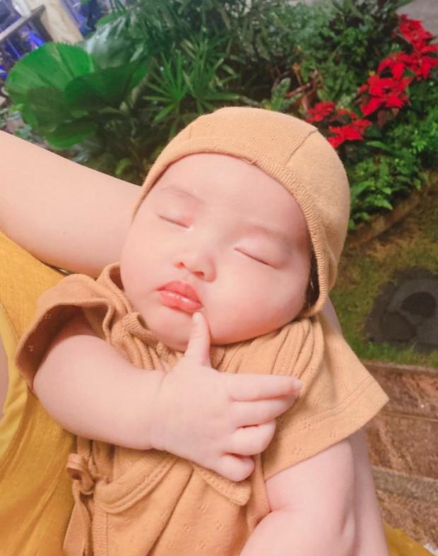 """Gia đình Đông Nhi - Ông Cao Thắng và Phạm Quỳnh Anh hội ngộ, netizen chỉ chú ý đến """"thế lực nhí"""" Winnie vì 1 chi tiết - Ảnh 4."""