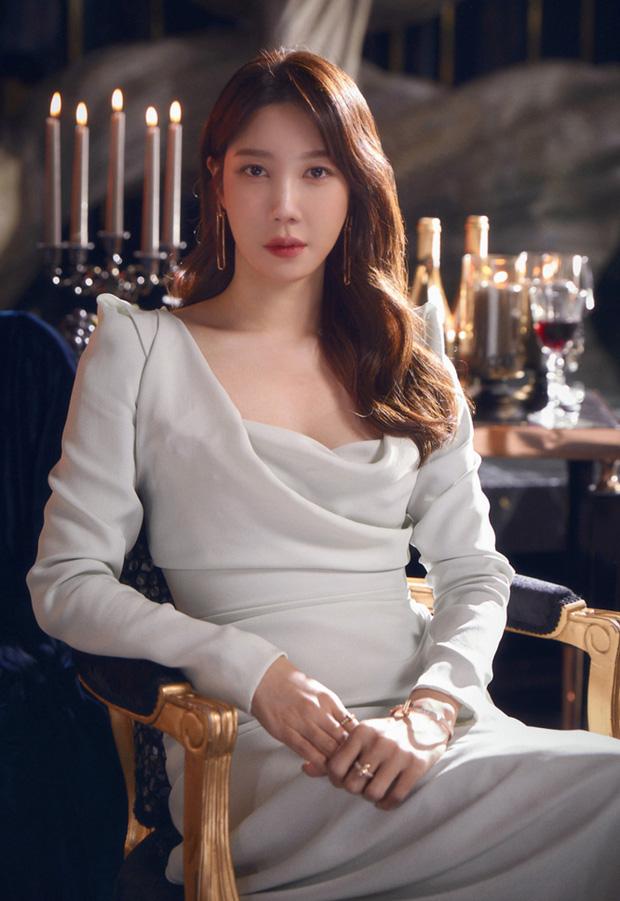 Bà cả Penthouse Lee Ji Ah gây sốc khi tái xuất bất ngờ, nhưng là sốc visual hàng loạt vì diện mạo mới lột xác đỉnh cao - Ảnh 8.
