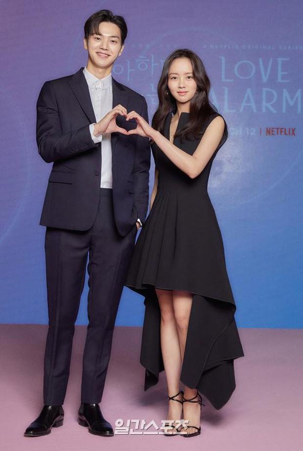 Ngược đời Kim So Hyun dự sự kiện: Ảnh chính thức đơ như tượng sáp, cap vội livestream lại xinh đẹp ngút ngàn - Ảnh 7.