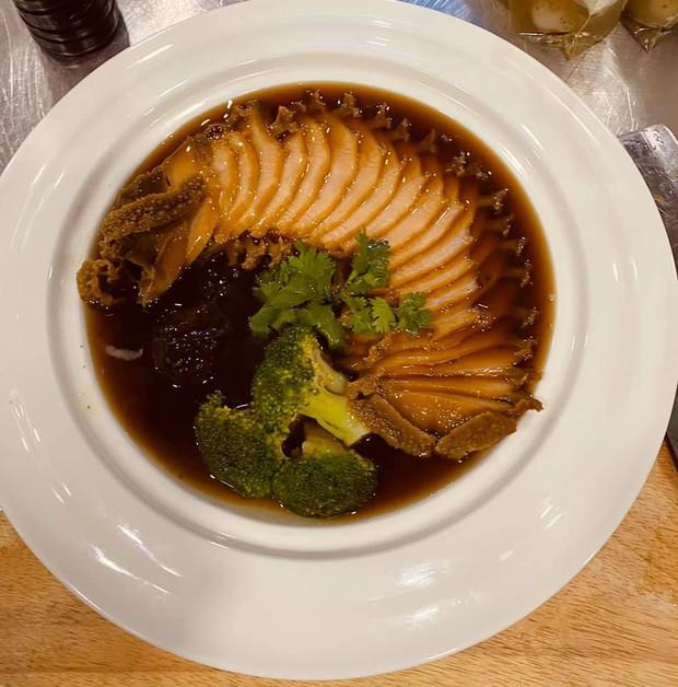 Trấn Thành - Hari Won dắt con trai đi ăn cùng gia đình ngày 8/3, nhìn bàn tiệc toàn thố bào ngư và tôm hùm mà muốn xỉu ngang - Ảnh 6.