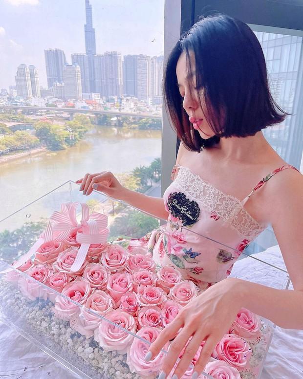Sao Việt mặc gì ngày 8/3: Lệ Quyên sexy như gái 20, Amee diện crop-top khoe vòng eo không chút mỡ thừa - Ảnh 4.