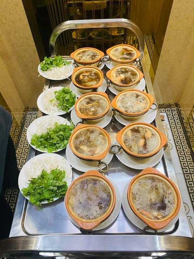 Trấn Thành - Hari Won dắt con trai đi ăn cùng gia đình ngày 8/3, nhìn bàn tiệc toàn thố bào ngư và tôm hùm mà muốn xỉu ngang - Ảnh 5.