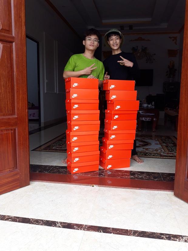 Quà 8/3 xịn đét: Mỗi cô bạn trong lớp được tặng một hộp giày Nike, mở ra biết hội con trai tâm lý cỡ nào! - Ảnh 6.