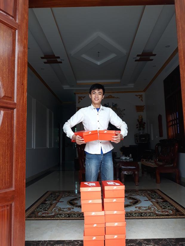 Quà 8/3 xịn đét: Mỗi cô bạn trong lớp được tặng một hộp giày Nike, mở ra biết hội con trai tâm lý cỡ nào! - Ảnh 3.