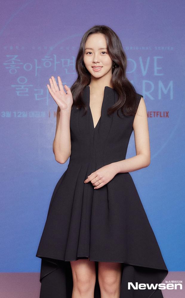 Ngược đời Kim So Hyun dự sự kiện: Ảnh chính thức đơ như tượng sáp, cap vội livestream lại xinh đẹp ngút ngàn - Ảnh 2.