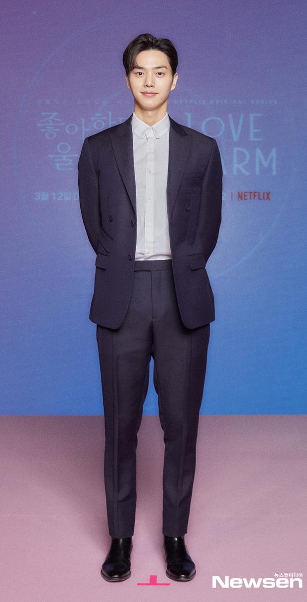 Ngược đời Kim So Hyun dự sự kiện: Ảnh chính thức đơ như tượng sáp, cap vội livestream lại xinh đẹp ngút ngàn - Ảnh 6.