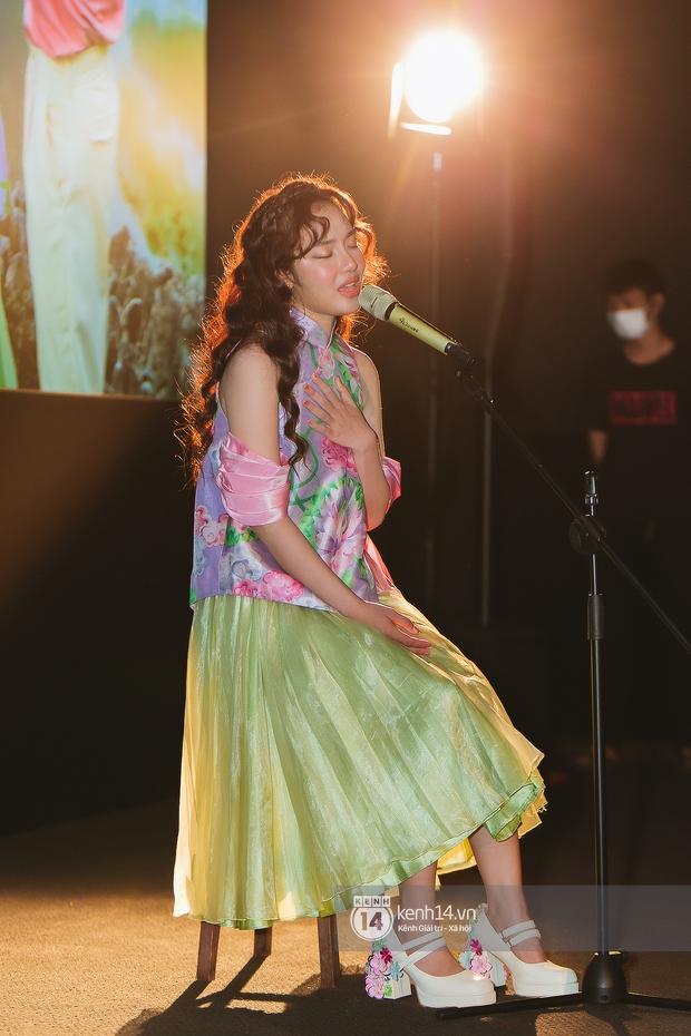 Vpop đón chào tân binh hát live tốt, được nhạc sĩ Hứa Kim Tuyền ví như sự giao thoa của Hoàng Thuỳ Linh và AMEE - Ảnh 11.