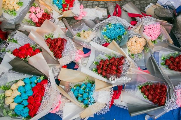 Hóng chuyện với bà bán hoa ngày 8/3: Có thanh niên đòi mua 1 tặng 1, tôi tò mò chẳng lẽ có 2 cô bồ hay gì? - Ảnh 2.
