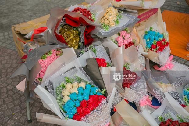 Hóng chuyện với bà bán hoa ngày 8/3: Có thanh niên đòi mua 1 tặng 1, tôi tò mò chẳng lẽ có 2 cô bồ hay gì? - Ảnh 3.