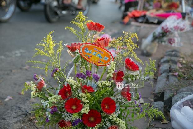 Hóng chuyện với bà bán hoa ngày 8/3: Có thanh niên đòi mua 1 tặng 1, tôi tò mò chẳng lẽ có 2 cô bồ hay gì? - Ảnh 4.