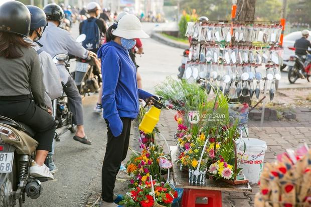 Hóng chuyện với bà bán hoa ngày 8/3: Có thanh niên đòi mua 1 tặng 1, tôi tò mò chẳng lẽ có 2 cô bồ hay gì? - Ảnh 1.