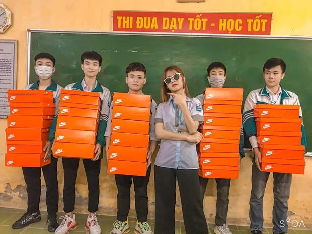 Quà 8/3 xịn đét: Mỗi cô bạn trong lớp được tặng một hộp giày Nike, mở ra biết hội con trai tâm lý cỡ nào! - Ảnh 1.