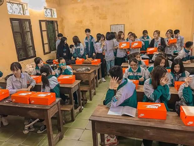 Quà 8/3 xịn đét: Mỗi cô bạn trong lớp được tặng một hộp giày Nike, mở ra biết hội con trai tâm lý cỡ nào! - Ảnh 2.