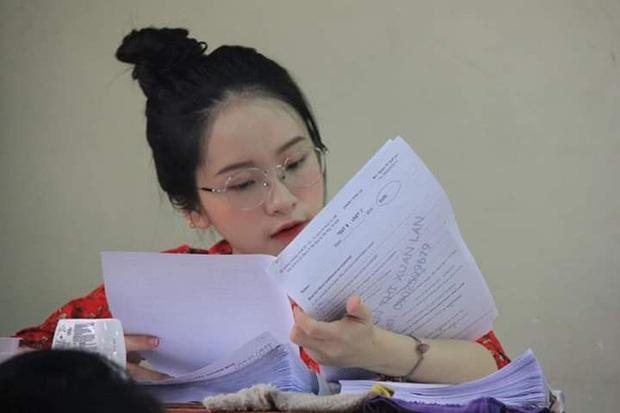 Những cô giáo gây bão mạng xã hội: Người lọt top hoa hậu cùng HHen Niê, người nổi như cồn vì lên đồ đi dạy chẳng trùng bộ nào - Ảnh 1.