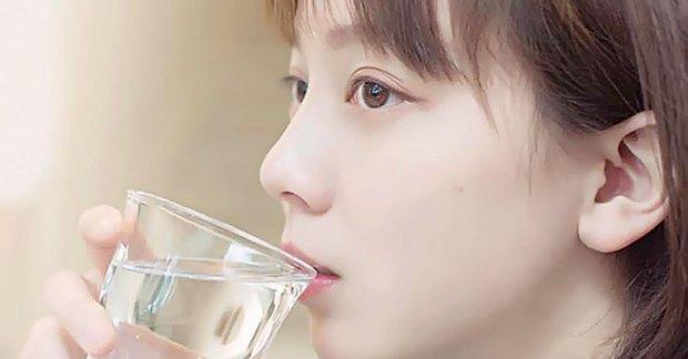 4 biểu hiện khi uống nước cho thấy sức khỏe của bạn đang có vấn đề, nếu không có thì chứng tỏ bạn vẫn rất khỏe mạnh - Ảnh 1.