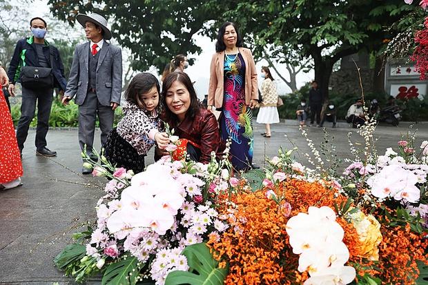 """Hơn 100 cột đèn """"nở hoa"""" giữa trung tâm Hà Nội - Ảnh 3."""