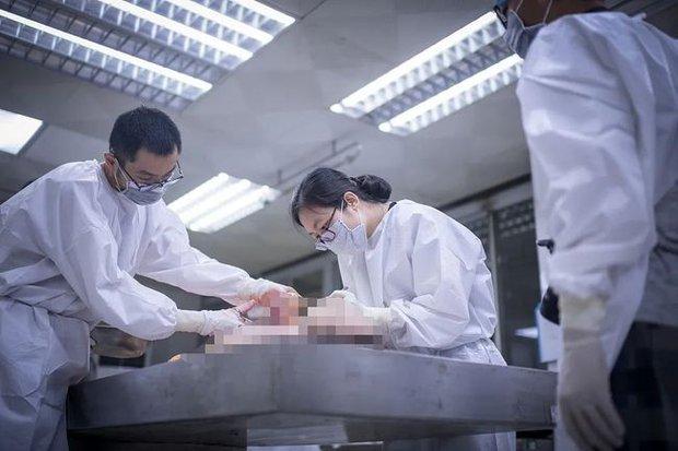 Chuyện chưa kể của những nữ pháp y: Đang khám nghiệm thì tử thi bất ngờ ợ hơi, chạm vào cơ thể không nguyên vẹn bằng hai tay - Ảnh 4.