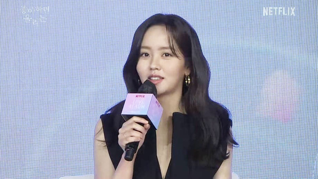 Ngược đời Kim So Hyun dự sự kiện: Ảnh chính thức đơ như tượng sáp, cap vội livestream lại xinh đẹp ngút ngàn - Ảnh 3.