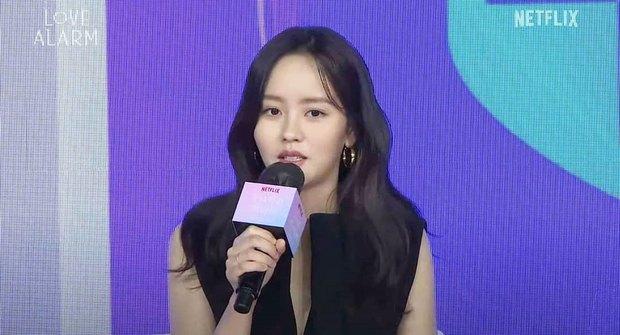 Ngược đời Kim So Hyun dự sự kiện: Ảnh chính thức đơ như tượng sáp, cap vội livestream lại xinh đẹp ngút ngàn - Ảnh 5.