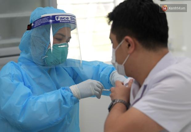 Trong ngày đầu, đã có 377 người được tiêm vaccine phòng Covid-19, chưa ghi nhận phản ứng sau tiêm - Ảnh 1.