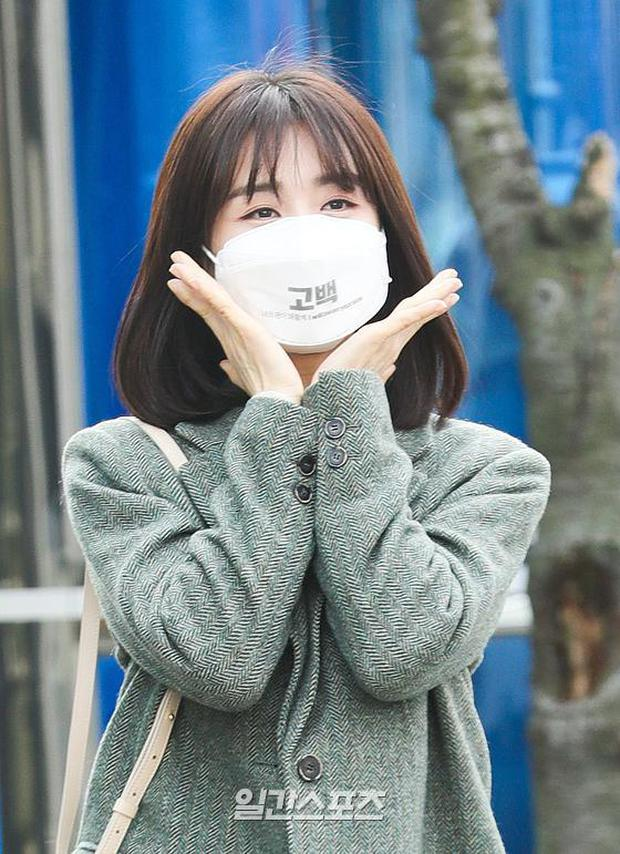 Dàn mỹ nhân đi làm mà như sàn diễn đọ sắc: Sunmi át cả Goo Hye Sun già nua, 2 thành viên 2NE1 bị đèn flash hại thậm tệ - Ảnh 14.