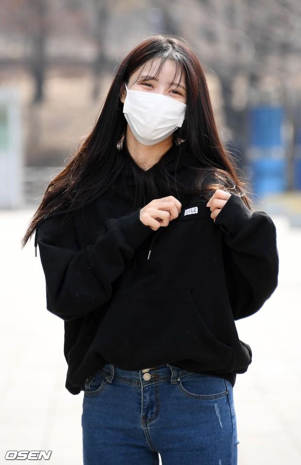 Dàn mỹ nhân đi làm mà như sàn diễn đọ sắc: Sunmi át cả Goo Hye Sun già nua, 2 thành viên 2NE1 bị đèn flash hại thậm tệ - Ảnh 17.
