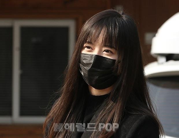 Dàn mỹ nhân đi làm mà như sàn diễn đọ sắc: Sunmi át cả Goo Hye Sun già nua, 2 thành viên 2NE1 bị đèn flash hại thậm tệ - Ảnh 7.