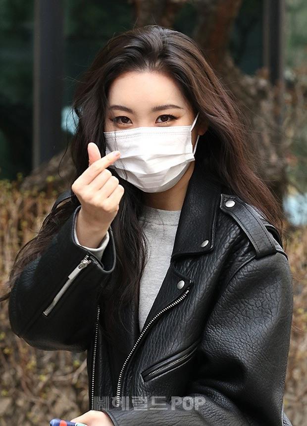 Dàn mỹ nhân đi làm mà như sàn diễn đọ sắc: Sunmi át cả Goo Hye Sun già nua, 2 thành viên 2NE1 bị đèn flash hại thậm tệ - Ảnh 4.