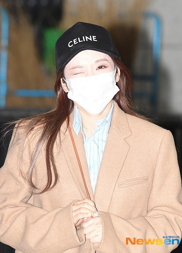 Dàn mỹ nhân đi làm mà như sàn diễn đọ sắc: Sunmi át cả Goo Hye Sun già nua, 2 thành viên 2NE1 bị đèn flash hại thậm tệ - Ảnh 9.