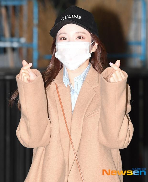 Dàn mỹ nhân đi làm mà như sàn diễn đọ sắc: Sunmi át cả Goo Hye Sun già nua, 2 thành viên 2NE1 bị đèn flash hại thậm tệ - Ảnh 10.