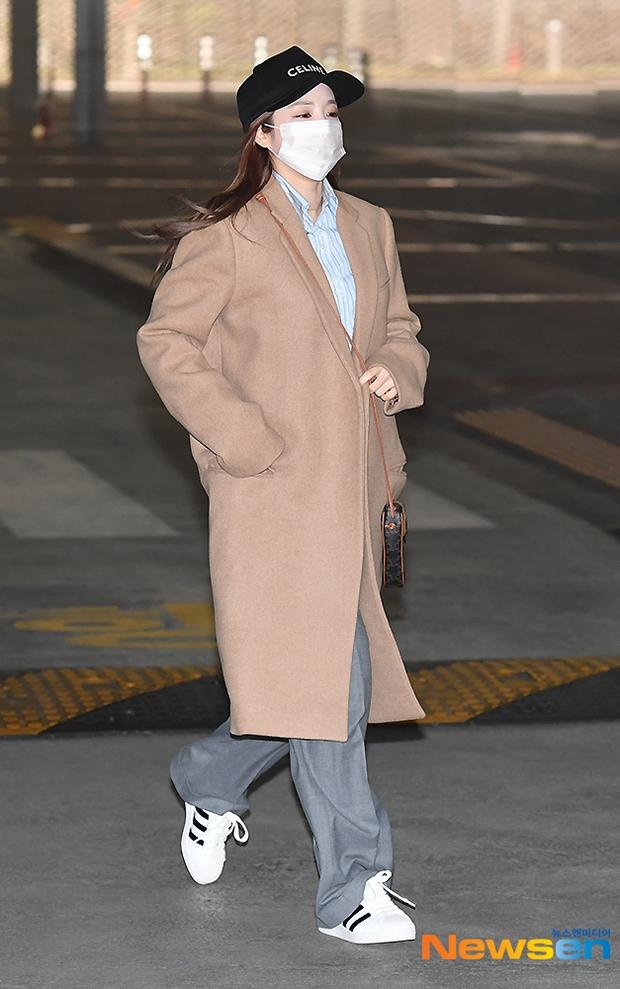 Dàn mỹ nhân đi làm mà như sàn diễn đọ sắc: Sunmi át cả Goo Hye Sun già nua, 2 thành viên 2NE1 bị đèn flash hại thậm tệ - Ảnh 8.