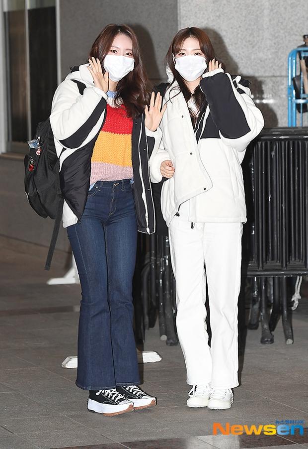 Dàn mỹ nhân đi làm mà như sàn diễn đọ sắc: Sunmi át cả Goo Hye Sun già nua, 2 thành viên 2NE1 bị đèn flash hại thậm tệ - Ảnh 18.
