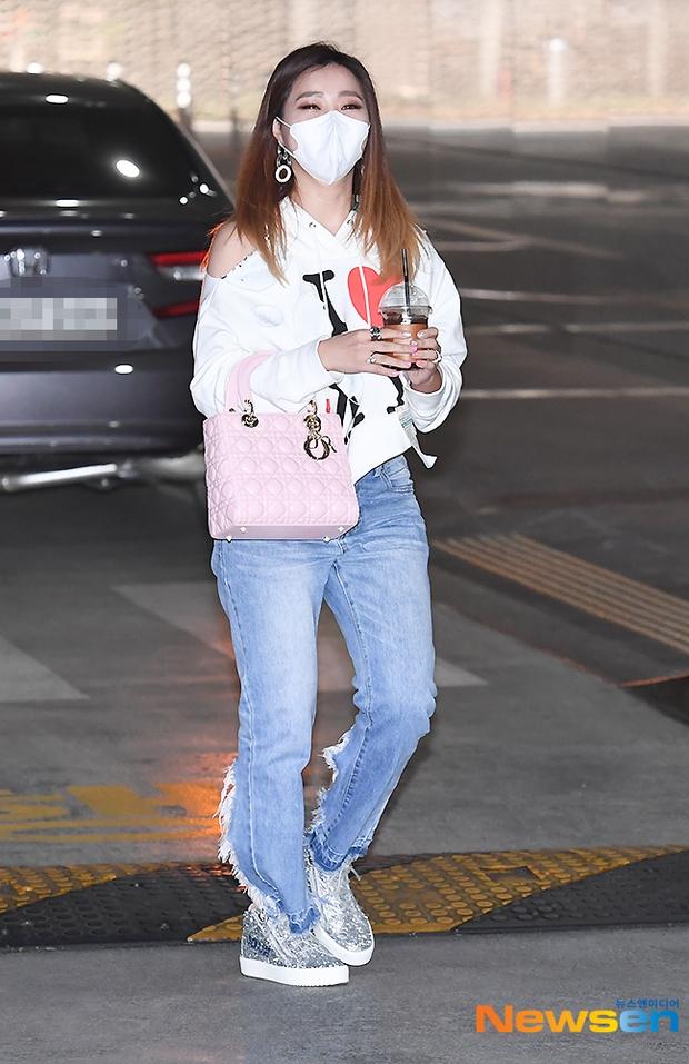 Dàn mỹ nhân đi làm mà như sàn diễn đọ sắc: Sunmi át cả Goo Hye Sun già nua, 2 thành viên 2NE1 bị đèn flash hại thậm tệ - Ảnh 11.