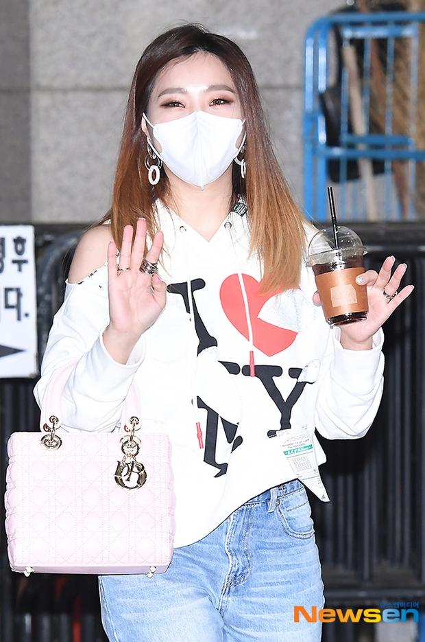 Dàn mỹ nhân đi làm mà như sàn diễn đọ sắc: Sunmi át cả Goo Hye Sun già nua, 2 thành viên 2NE1 bị đèn flash hại thậm tệ - Ảnh 12.