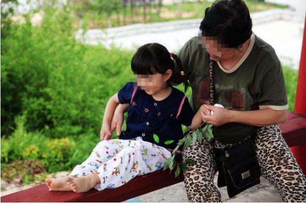 Cô bé 13 tuổi đòi nhảy xuống từ vách núi tự tử, nguyên nhân do cách dạy tưởng là tốt của cha mẹ - Ảnh 3.