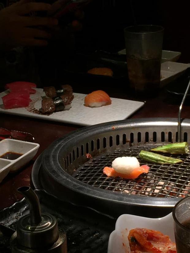 Lần đầu dẫn mẹ đi ăn sushi, cô gái muốn độn thổ giữa nhà hàng vì gặp cảnh này: Người Nhật mà thấy chắc cũng xỉu ngang! - Ảnh 1.