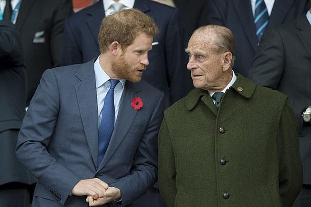 Vợ chồng Meghan phỏng vấn Một lần kể hết: Vừa bị Nữ hoàng Anh vĩnh viễn loại khỏi gia tộc, Harry liền có chia sẻ về bà nội khiến ai cũng chạnh lòng - Ảnh 3.