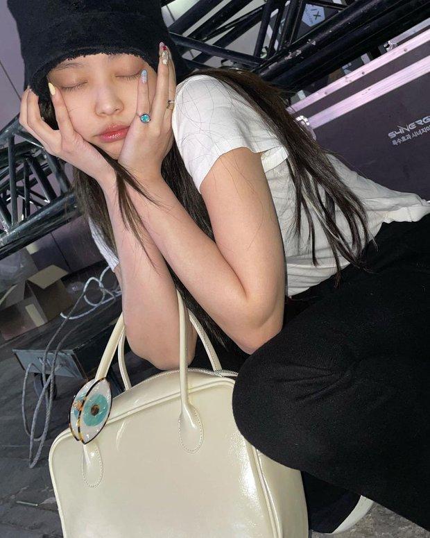 Một nữ idol Kpop dùng túi hãng được cho là của Jennie, soi ra mới biết đây chính là tình xưa của bạn trai cô Jen - Ảnh 4.
