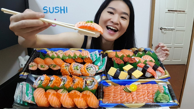 Lần đầu dẫn mẹ đi ăn sushi, cô gái muốn độn thổ giữa nhà hàng vì gặp cảnh này: Người Nhật mà thấy chắc cũng xỉu ngang! - Ảnh 2.