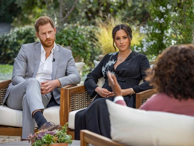 Vợ chồng Meghan phỏng vấn Một lần kể hết: Vừa bị Nữ hoàng Anh vĩnh viễn loại khỏi gia tộc, Harry liền có chia sẻ về bà nội khiến ai cũng chạnh lòng - Ảnh 1.