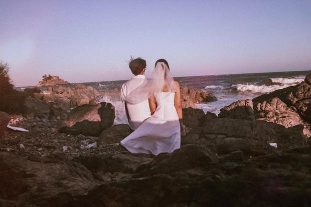 Cặp đôi đi Vũng Tàu chụp ảnh cưới nhưng lại dính chiêu lừa của bà bán hàng rong, giả vờ đòi xem chỉ tay rồi ép mua 3 xiên tôm dính cát giá 50k!? - Ảnh 1.