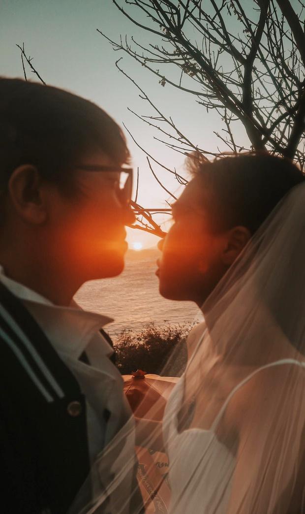 Cặp đôi đi Vũng Tàu chụp ảnh cưới nhưng lại dính chiêu lừa của bà bán hàng rong, giả vờ đòi xem chỉ tay rồi ép mua 3 xiên tôm dính cát giá 50k!? - Ảnh 2.