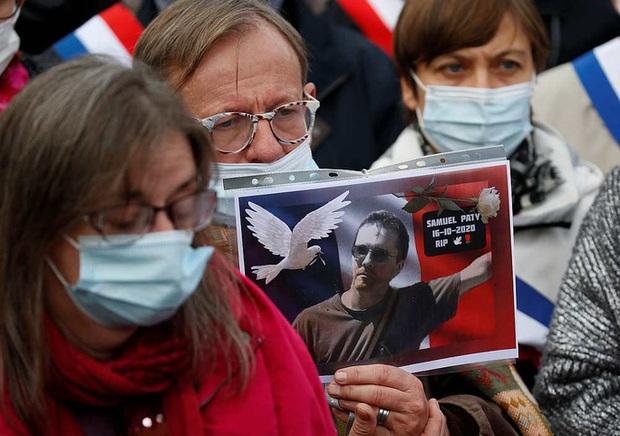 Pháp: Thầy giáo bị chặt đầu sau lời nói dối của nữ sinh - Ảnh 1.